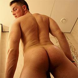 bentleyrace-tom-bartos-shower-time-00_tn