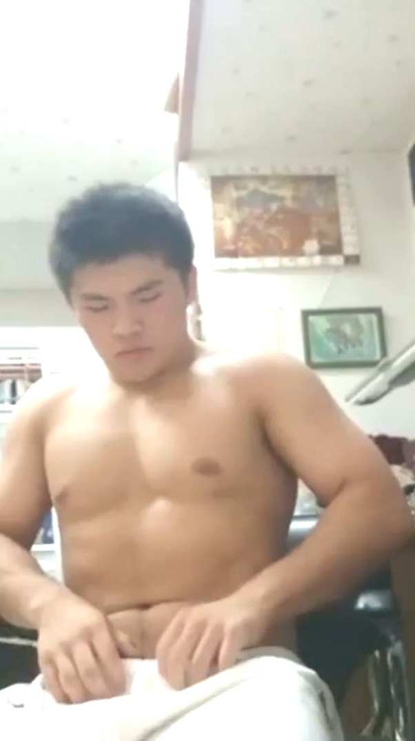 Hot asian guy gets jerked